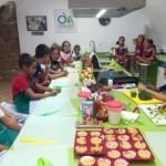Niños elaborando platos